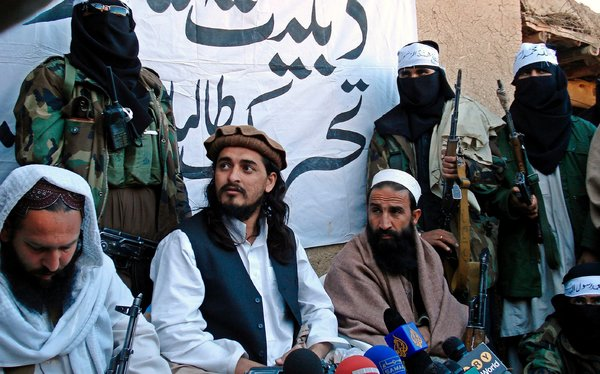 Hakimullah Mehsud, leader of pakistan taliban, center