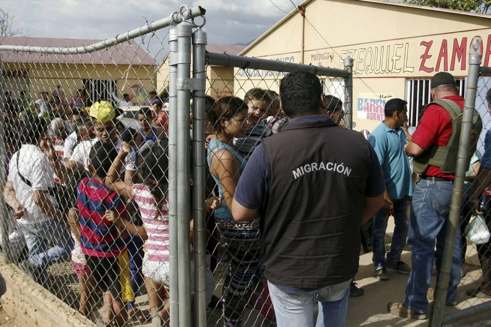 Venezuelan President Nicolás Maduro Deploys Army to Deport Colombians   8/25/15